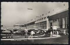(Ephemera) London Airport arrivals and departure hall from front, original B&W photocard, unused. Minor vertical crease - see scan.