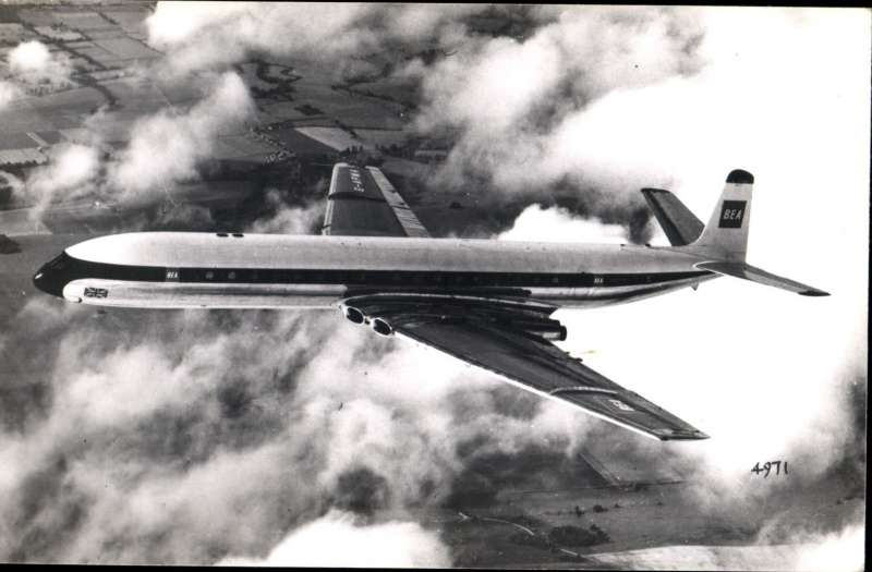 (Ephemera) Comet 4 in flight, original B&W photograph,14x9cm, published by Aircraft Photographs.